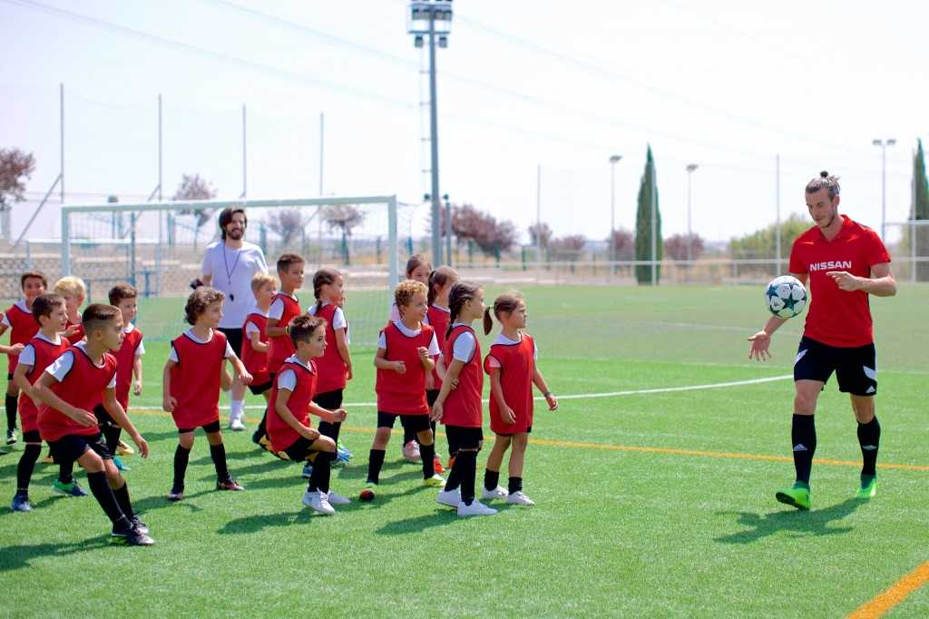 Gareth Bale teaching Spanish Kids how to recreate iconic winning goal from 2014